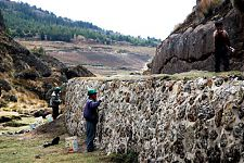 Окрестности вновь открытой церемониальной платформы в Комбемайо (фото - http://www.arqueologiadelperu.com/?p=2453 by Jaime Briceno)