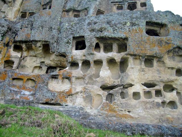 Окна Отузко (фото - http://qu.wikipedia.org/wiki/Rikcha:Cajamarca_Ventanillas_de_Otuzco_lou.jpg by Antonio Velasco)