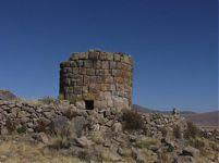 Чульпа из Чекки и каменная ванночка рядом с чульпой (фото - http://el-collao.site90.com/turismo.php )