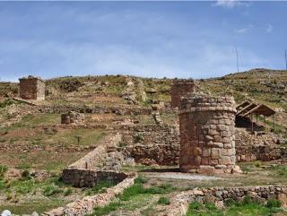 Чульпы Моллоко (фото - http://arqueologiamericana.blogspot.ru/2011/01/molloco-en-puno-fusion-cultural-inca.html )