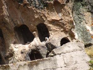 Окна в Акобамбе (фото - http://www.deperu.com/cultural/sitios-arqueologicos/restos-arqueologicos-de-allpas-2740 )