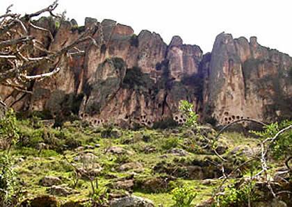 Окна в Акобамбе вид издалека. (фото - http://edgar-iestpmanuelscorzatorre.blogspot.ru/2011_08_01_archive.html )