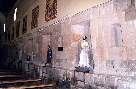 Внутренний вид на стены церкви (фото - http://www.galeon.com/peninsuladelmantaro/hvca/huaytara.html )