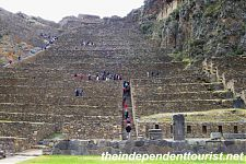 Вид на террасы Ольянтайтамбо на входе в археологический комплекс. (фото слева - http://theindependenttourist.net/2012/01/03/a-day-tour-of-the-sacred-valley/ollantaytambo-3/ by Ed Merritt; справа - http://www.pomalaza.com/ePeruEn.html)