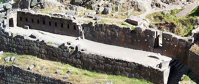 Вид на Храм десяти ниш. (фото - http://lah.ru/text/sklyarov/oll-text.htm автор - А.Ю. Скляров, статья - Ольянтайтамбо - свидетель Потопа (почти детективное расследование))