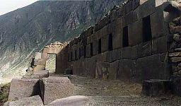 Вид на левую сторону Храма десяти ниш. (фото слева - http://lah.ru/text/sklyarov/oll-text.htm автор - А.Ю. Скляров, статья - Ольянтайтамбо - свидетель Потопа (почти детективное расследование))