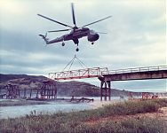 Перевозка по воздуху груза на внешней подвеске (фото - http://commons.wikimedia.org/wiki/File:Sikorsky_Skycrane_carrying_bridge_c.jpg?uselang=ru by Owly K)