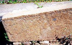 Рис.7-12. Каменные блоки и плиты с нанесением сложных рисунков. (фото - http://vicuna.ru/index.php/piedras/chavin-de-huantar/portada-de-las-falconidas/ )