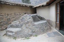 Изрезанная скала №1 на самом входе в археологическую зону (фото - http://www.lah.ru/expedition/peru2007-2/08ollaytaitambo.htm автор - Лаборатория Альтернативной истории)