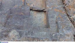 Изрезанная скала в секторе Храм Кондора (фото слева - http://laiforum.ru/viewtopic.php?f=51&t=86 автор - prosvet222; справа - http://www.lah.ru/expedition/peru2007-2/08ollaytaitambo.htm автор - Лаборатория Альтернативной истории)