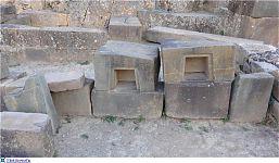 Технологические блоки, сложенные у подножия вертикально обработанной скалы.. (фото - http://laiforum.ru/viewtopic.php?f=51&t=86 автор - prosvet222)