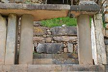 Черно-белый портал. (фото - http://vicuna.ru/index.php/piedras/chavin-de-huantar/portada-de-las-falconidas/ )
