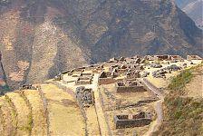 Вид на Сектор Писака (Pisaqa) с высоты Церемониального сектора (Интиуатаны) (фото - http://en.wikipedia.org/wiki/File:QAllaqasa_ruins_at_Pisac,_Peru.jpg by Bcasterline in the en.wikipedia)