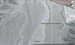 """Рис.4 Линии Наска около Паредониса (14°50'12.90""""S 74°54'13.00""""W)  и геоглиф человекоподобного существа (14°52'26.81""""S 74°55'35.62""""W)."""