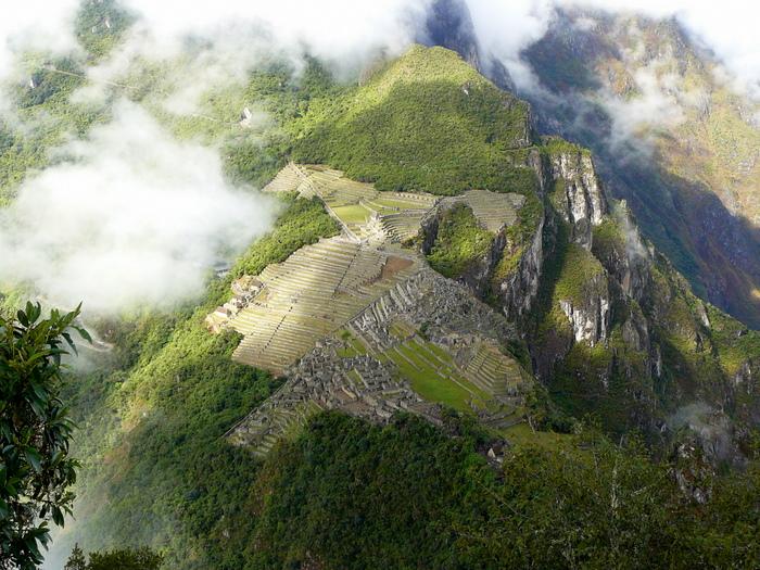 Рис.2.3 Вид на Мачу Пикчу с вершины горы Уайна Пикчу (фото - http://botinok.co.il/node/71797, автор -  Ёлка)
