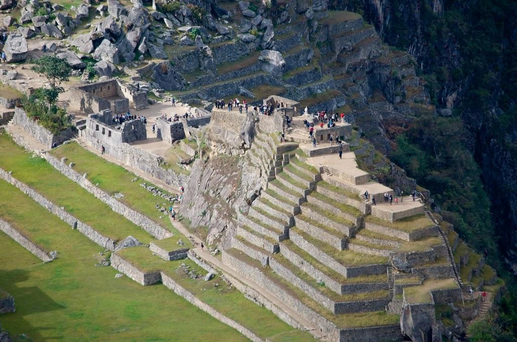 Рис.2.1.3 Вид на Интиуатану справа и Храм трех окон слева. (фото - http://dusiapapa.livejournal.com/127526.html, автор - dusiapapa)