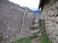 Рис.2.2.3 Каменная лестница в очередное никуда. (фото - http://lah.ru/expedition/peru2007-2/10machu.htm, автор – Лаборатория Альтернативной истории)