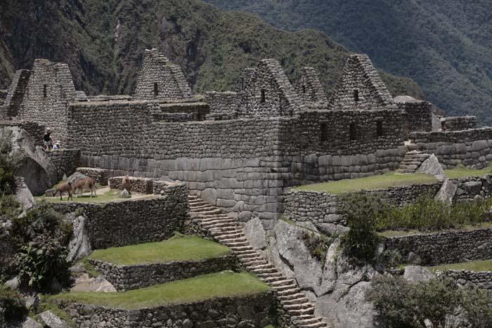 Рис.2.3.4 Платформа до лестницы. (фото – Перу и Боливия задолго до инков, автор А.Ю. Скляров)