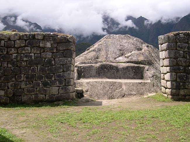 Рис.2.3.5 Обработанный гранитный камень. (фото –http://lah.ru/expedition/peru2004/mp.htm, автор – Лаборатория Альтернативной истории)