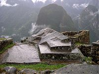Рис.2.3.9 Обработанный скальный выход. (фото –http://lah.ru/expedition/peru2004/mp.htm, автор – Лаборатория Альтернативной истории)