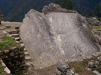 Рис.2.3.10 Обработанный скальный выход. (фото –http://lah.ru/expedition/peru2004/mp.htm, автор – Лаборатория Альтернативной истории)