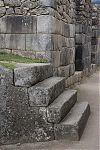 Рис.2.3.12 Лестница состоящая из естественной скалы и обработанных гранитных блоков. (фото – http://lah.ru/expedition/peru2007-2/10machu.htm, автор – Лаборатория Альтернативной истории)