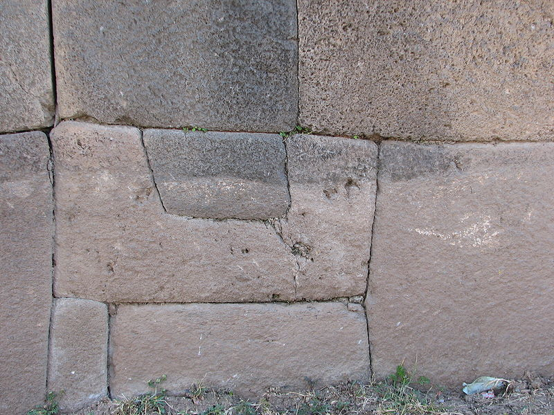 Полигональные блоки (фото - http://commons.wikimedia.org/wiki/File:Vilcas_Huam%C3%A1n_Archaeological_site_Stone_detail.jpg by AgainErick)