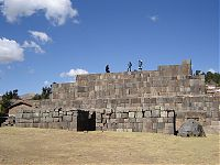 Пирамида Ушну (наше время). (фото: слева - http://commons.wikimedia.org/wiki/File:Ushnu_o_Piramide_Inca_-_Vilcashuaman,_Ayacucho.jpg by Fer121; справа - http://commons.wikimedia.org/wiki/File:Willkawaman_ushnu.jpg by Guillermo Arévalo Aucahuasi )