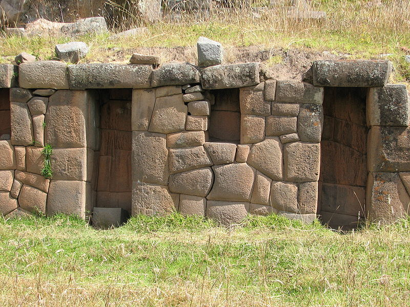 Один из сохранившихся участков объекта. ( фото - http://en.wikipedia.org/wiki/File:Pumacocha_Archaeological_site_-_wall.jpg, by AgainErick)