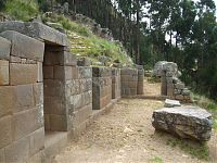 Прямоугольные блоки. ( фото слева - http://www.viajeros.com/fotos/ayacucho-2010/925720, by PabloyPilar; справа - AgainErick - Wikimedia Commons)