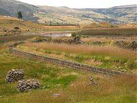 Стены выстроенные вплотную к холмам и возвышенностям. ( фото - http://www.viajeros.com/fotos/ayacucho-2010/925720, by PabloyPilar)